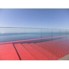 Вот и необычный бассейн красного цвета облицован мозаикой Rubi Metal производства Ezarri.
