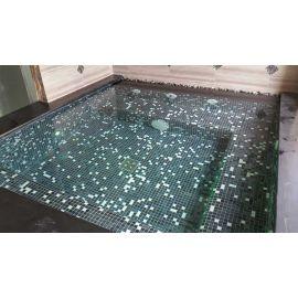 Стеклянная мозаика San Francsisco Cocktail (Ezarri, Испания) создаст таинственную атмосферу в бассейне.