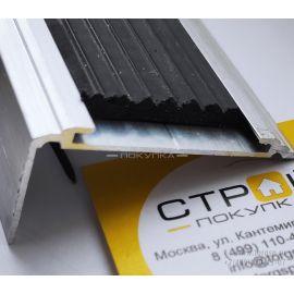 Купить противоскользящий порог-угол на ступени шириной 50 из алюминиевого каркаса с усиленной конструкцией с возможностью замены вставки на другой цвет в магазине СтройПокупка.