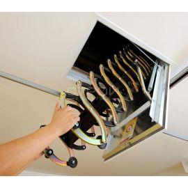 Раскладывание лестницы Fakro LSF ножничного типа.