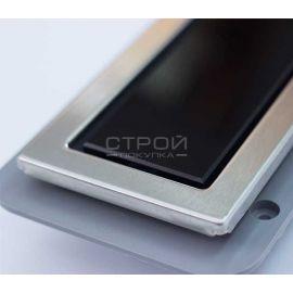 Крупный план решетки душевого трапа с стеклом Confluo Premium With Black Glass Line от PESTAN.