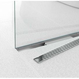 Водоотводящий желоб Alpen Medium в интерьере со снятой декоративной решеткой.