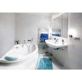 Угловая ванна Finezja Nova Besco в маленькой ванной в гигиенической комнате.