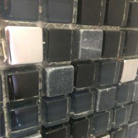 Микс серой мозаики из камня, стекла и аллюминия