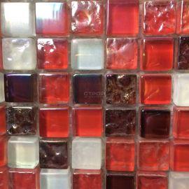 Микс стеклянной красной мозаики с белыми чипами
