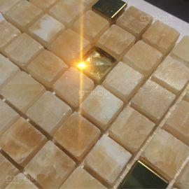 Солнечные лучи на мозаике из страз