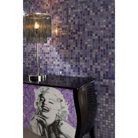 Lux 405 фиолетовая высокоглянцевая мозаика Vidrepur на сетке в интерьере с Мерелин Монро