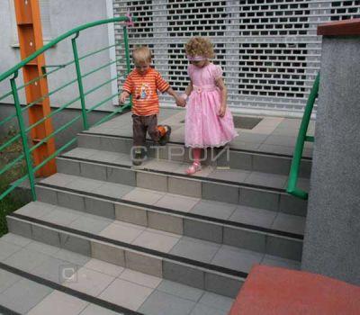 Черная противоскользящая лента на ступенях лестницы