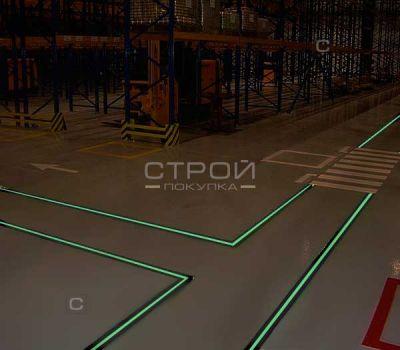 Черная лента с фотолюминесцентной полосой на складе в сумерках