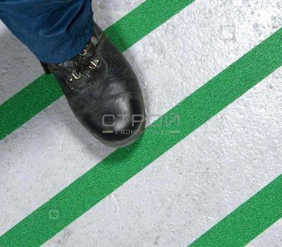 Зеленая противоскользящая лента приклееная к полу