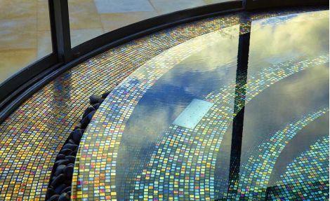 Переливы миксовой мозаики Alexander Cocktail (Ezarri, Испания) в бассейне.