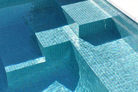 Мозаика Fuji коллекции Vulcano с перламутровой поверхностью для бассейна на улице.