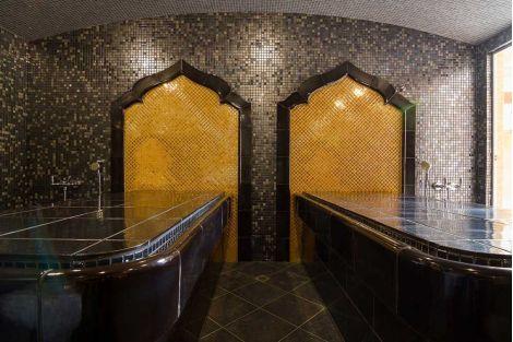 Глянцевая мозаика Aurum Metal золотого цвета производства Ezarri в интерьере восточного стиля.