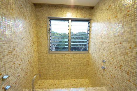 Интерьер душевой в коттедже отделан мозаичной плиткой Bellini Cocktail