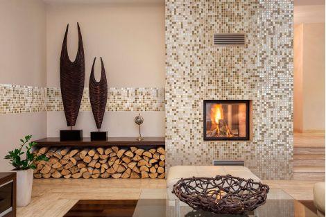 Мозаика Raisins Topping (Испания, Ezarri) использована для отделки камина