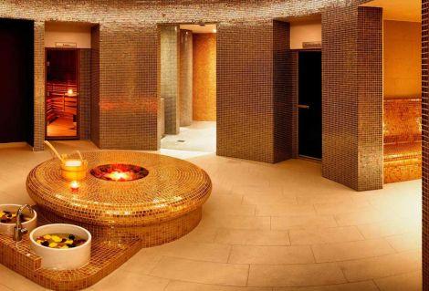 Глянцевая мозаика Aurum Metal золотого цвета производства Ezarri в банном комплексе.