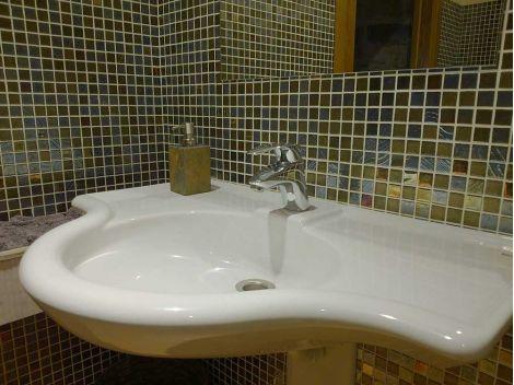Мозаика Kir Royal Cocktail из стекла для интерьеров ванной.