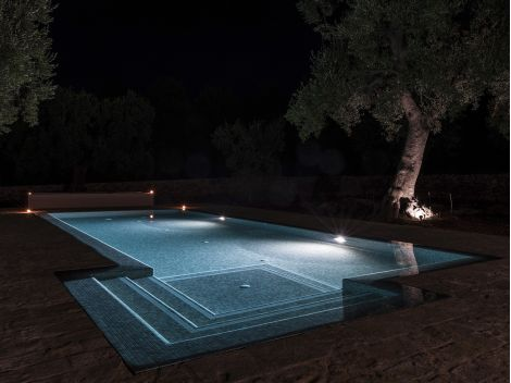 Мозаика Zen Sarsen в ночном бассейне.