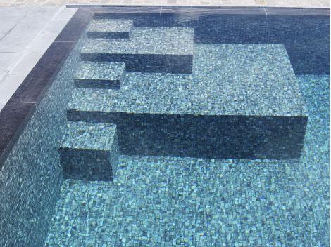 Мозаика Zen Tigrato - ступени на дно бассейна.