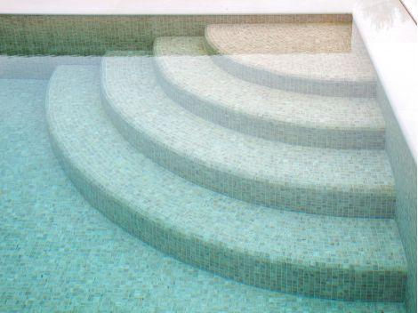 Мозаика Zen Travertino - вход в бассейн.