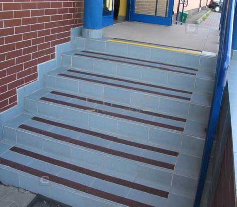 Коричневая абразивная лента на лестнице