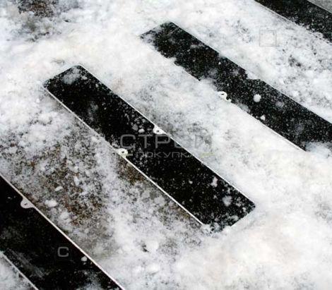 Противоскользящая пластина на заснеженной дороге