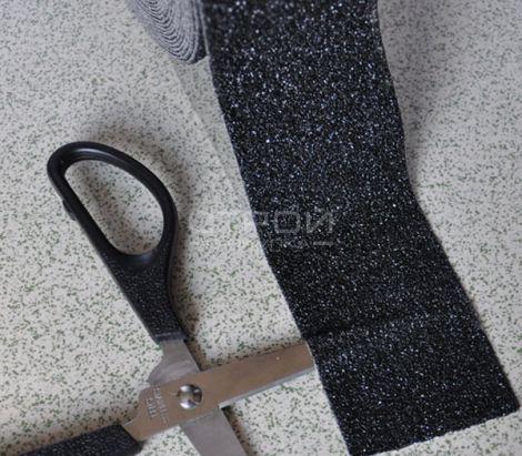 Черная формуемая противоскользящая лента принимает форму любых предметов
