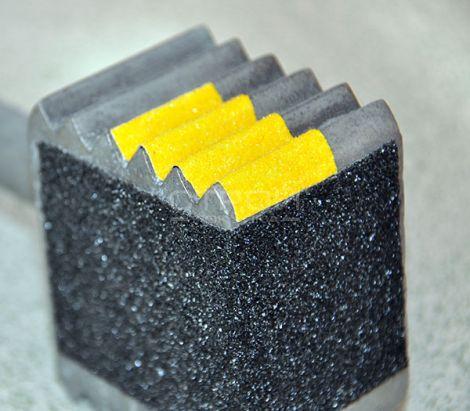 Черная и желтая формуемая противоскользящая лента повторяет изгибы любой формы