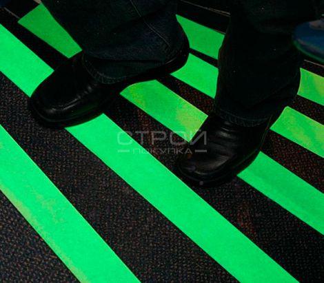 Светящаяся самоклеющаяся лента на ступенях