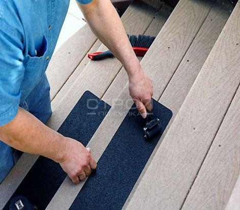 Наклейка самоклеющейся противоскользящей абразивной ленты на деревянные ступени