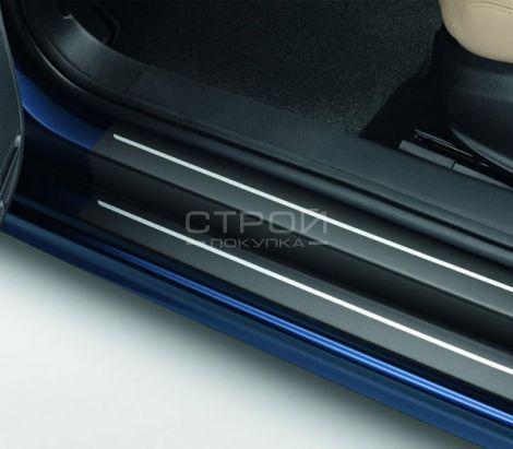 Черная виниловая лента на пороге авто