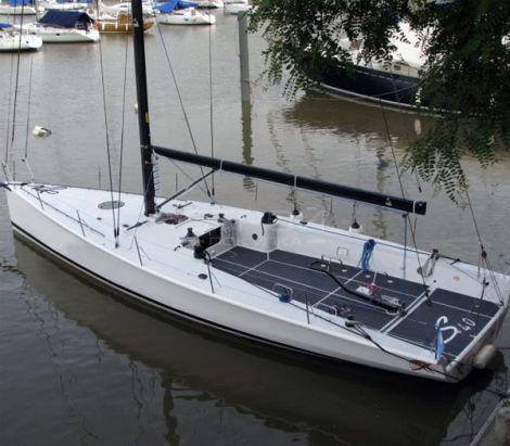 Противоскользящие полосы черного цвета для яхт