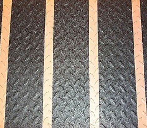 Черные формуемые ленты на металлическом рифленом пандусе
