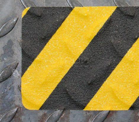 Черно желтая формуемая лента на металлической ступени лестницы