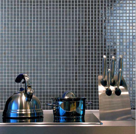 Интерьер рабочей зоны на кухне с глянцевой мозаикой Inox Metal серого цвета производства Ezarri.