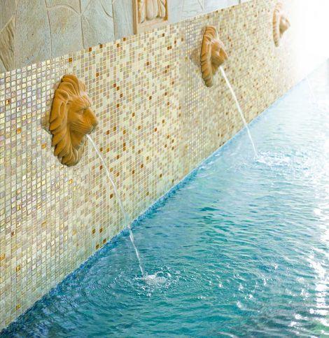 Бортик бассейна с фонтанчиком отделан мозаика Bellini Cocktail