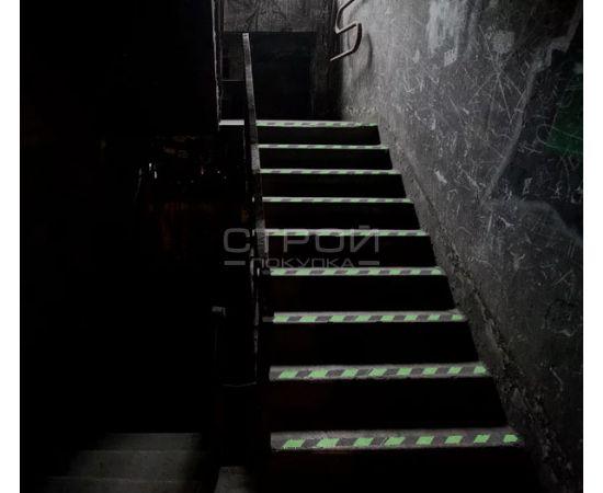 Cветящаяся лента  на темной лестнице в подвал.