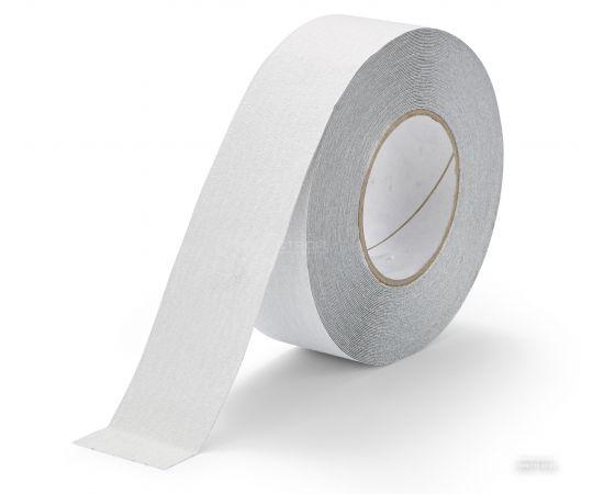 Белая абразивная противоскользящая лента на ступени шириной 5 см