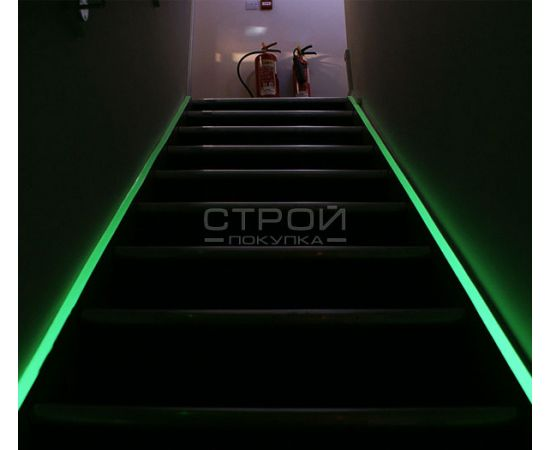 Светящаяся клейкая лента с абразивным противоскользящим слоем на лестнице