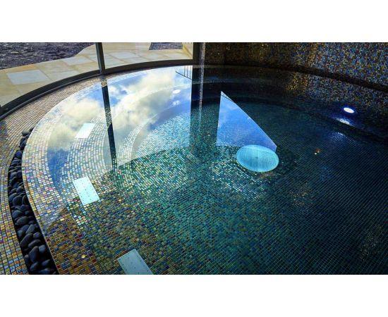 Фото сверху на бассейн с мозаикой Alexander Cocktail (Ezarri, Испания).