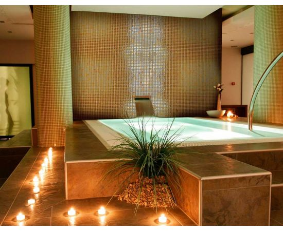Глянцевая мозаика Aurum Metal золотого цвета завода Ezarri использована для чаши бассейна.