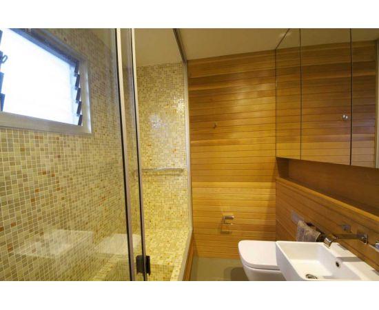 На фото ванная целикрм выложена миксом мозаики Bellini Cocktail