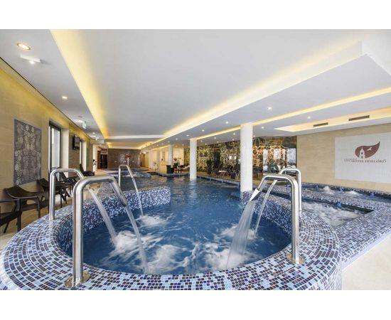 Мозаика Blue Lagoon Cocktail в интерьера чаши бассейна с системой джакуззи