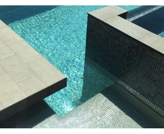 Глянцевая мозаика Inox Metal серого цвета производства Ezarri — фото сверху на бассейн.